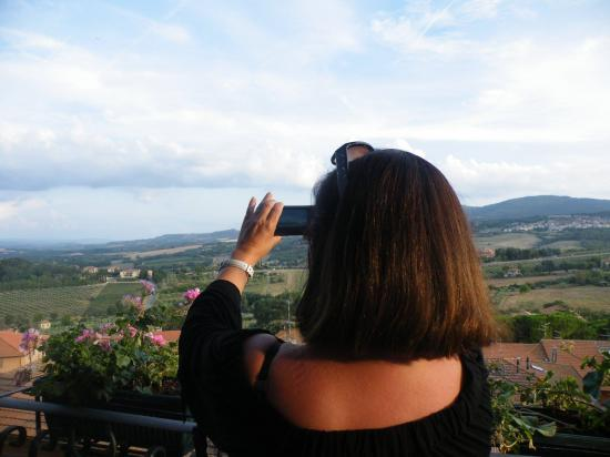 40016018 312650962840532 3936937980391849984 n 2 sonja taking a photo from the upper town copie